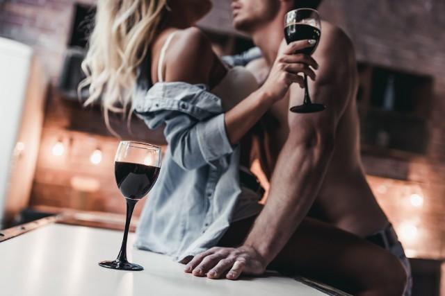 """Co piąta badana kobieta przyznaje, że alkohol podsyca w niej chęć na seksDlaczego kobiety nie mają ochoty na seks: Zbyt zmęczone na miłość?Warunkiem koniecznym, by mieć ochotę na seks dla wielu Polek jest """"spokojna głowa"""", brak stresów i bieżących problemów. Większość badanych kobiet przyznaje, że nie potrafią odłożyć na bok problemów rodzinnych czy związanych z pracą i oddać się intymnym igraszkom. Aż 72 proc. Polek wymienia zmęczenie, a 57 proc. stres jako istotne czynniki zniechęcające do uprawiania seksu. Twierdzą, że seks w takich warunkach prawie nigdy nie jest dla nich satysfakcjonujący. – To zupełnie naturalne, że osoba przemęczona, permanentnie zestresowana i niewyspana nie ma ochoty na seks – uważa prof. dr hab. n. med. Violetta Skrzypulec-Plinta. – W takiej sytuacji organizm funkcjonuje w trybie oszczędnego gospodarowania energią, co wiąże się z wyłączeniem reakcji na bodźce seksualne. Na taki stan nie ma lepszego leku niż porządnie się wyspać i zrelaksować! – dodaje ekspertka.A co zrobić ze stresem? Warto zdać sobie sprawę z tego, że stres jest trudnym przeciwnikiem kobiecego libido. Jego istotnym źródłem jest próba łączenia obowiązków rodzinnych i zawodowych, ciągły pośpiech, chęć do bycia najlepszą matką, żoną i pracownikiem. Nie jesteśmy w stanie wyeliminować go z życia, ale możemy nauczyć się lepiej sobie z nim radzić. Służą temu np. specjalistyczne warsztaty psychologiczne. Dobrym sposobem na obniżenie napięcia wywołanego stresem są również treningi relaksacji czy jakakolwiek forma aktywności fizycznej, która sprawia przyjemność.CZYTAJ DALEJ >>>>"""