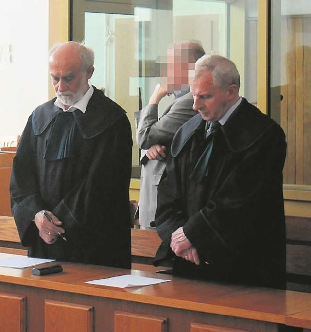 Jeden z uniewinnionych, Bogdan D. (w środku) z obrońcami