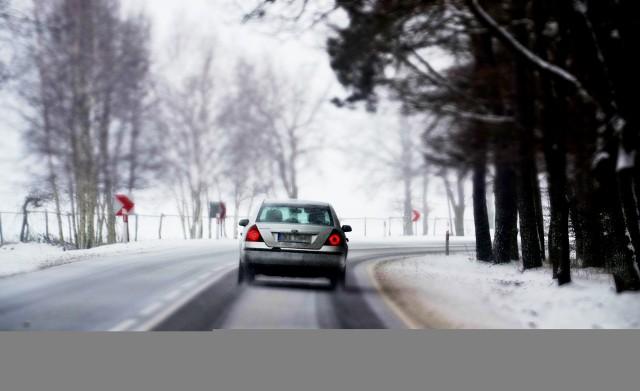 """W poniedziałek, 14 stycznia, po godz. 14 pogoda w naszym regionie zaczęła się gwałtownie załamywać. - Nad Sulechowem wiszą ciężkie chmury i zaczyna padać śnieg. Temperatura spadła do 3 st. C.  – poinformowała nas Czytelniczka. – Na drogę S3 wyjechały piaskarki.Gdy do nas dzwoniła, w poniedziałek, 14 stycznia, po godzinie 14, w Zielonej Górze świeciło słońce. Wystarczyło kilka minut, by za oknem zrobiło się ciemno i zaczął padać śnieg. Opadom towarzyszy silny wiatr. Z informacji od naszych Czytelników wiemy też, że oblodzona jest droga wojewódzka nr 132 między Kostrzynem nad Odrą, w Gorzowem. Kierowcy ostrzegają też o """"szklance"""" na drodze krajowej nr 22.Prognozy na popołudnie i wieczór nie są optymistyczne. Synoptycy przewidują niewielki mróz, na drogach może być ślisko. Zobacz prognozę pogody na poniedziałek i dwa następne dni:Na zdjęciach: ciężkie chmury nad drogą S3 w okolicy Sulechowa"""