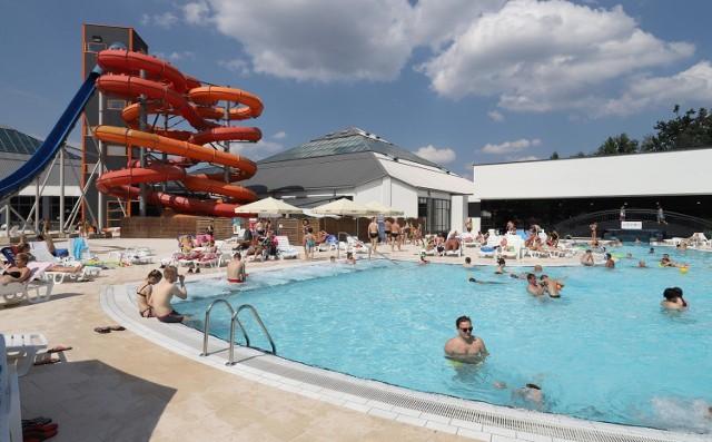 """W  kolejny długi weekend, który właśnie się zaczął,  można ruszyć się z domu i spędzić czas w plenerze.Będą czynne pływalnie Miejskiego Ośrodka Sportu i Rekreacji: kryta  w """"Wodnym Raju"""" przy ul. Wiernej Rzeki 2  dzisiaw godz. 14 - 21. 45, w piątek 16 sierpnia, w godz. 7 -21. 45, w sobotę w godz. 8 - 21.45, w niedzielę w godz. 10 - 20. 45, a odkryta jej część dzisiaj i w piątek w godz. 11 - 19, a w sobotę i niedzielę  w godz. 10 - 18.dzisiaj i w weekend na pływalnię przy ul. Głowackiego 10/12  można wybrać się w godz. 10 - 18,  jutro w godz.  11 - 19 a na pływalnię przy ul. Sobolowej 1 od dzisja do niedzieli w godz. 9 - 20. Auapark Fala czeka na gości w godz. 9 - 22. Czytaj więcej na następnej karcie"""