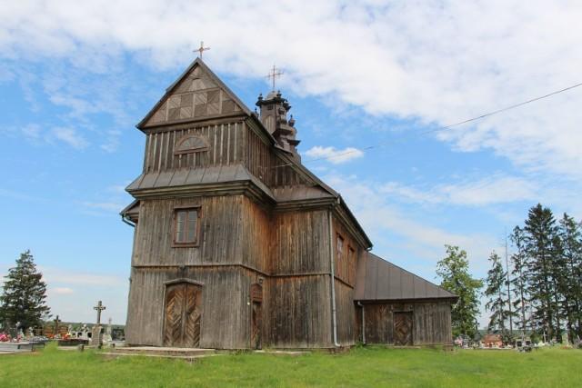 Ten budynek jest nie tylko piękny, ale posiada też ciekawą historię. Budowla została wzniesiona jako cerkiew unicka w stylu barokowym w 1758 roku w Tykocinie.W 1833 roku cerkiew została przeniesiona na cmentarz w Sokołach. Od tego czasu budynek był kilkukrotnie remontowany i wciąż zachwyca.