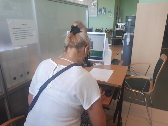 Osoby, które nie radzą sobie z wysłaniem wniosku o świadczenie 300 plus w formie elektronicznej, mogą liczyć na pomoc pracowników ZUS.