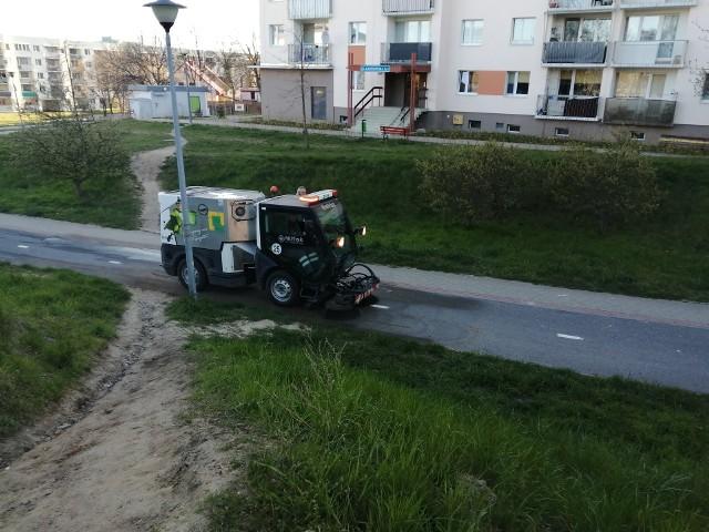 Trwa pozimowe sprzątanie ulic i ścieżek rowerowych.