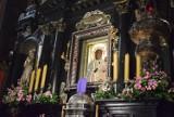 Profanacja wizerunku Matki Bożej Częstochowskiej. Tęczowa aureola na obrazkach w Płocku: reaguje szef MSWiA