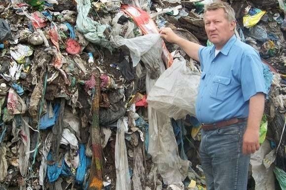 Na składowisku przy ul. Łąkowej w Skoroszycach szacunkowo jest około 3-4 tysięcy ton odpadów, w tym 405 ton plastiku.- Za likwidację wysypiska powinni zapłacić ci, którzy zwieźli tutaj te wszystkie odpady - twierdzi Marek Wessensteiner, opozycyjny radny ze Skoroszyc, który od lat walczy ze składowiskiem.