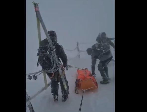 Akcja ratowników GOPR na Śnieżce w Karkonoszach.