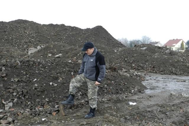 - Cegły z rozbiórki baterii rzucono na pole, 100 metrów za zabudowaniami i pół kilometra od ujęcia wody! - denerwuje się Józef Kaletta.