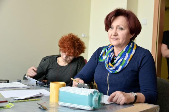 Zawsze chciałam nauczyć się rysować i teraz wierzę, że to się uda – mówi Krystyna Zabielska (z prawej). – Na te zajęcia zapisałam się natychmiast, tym bardziej że opłata jest naprawdę symboliczna.