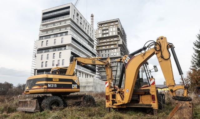 Koronawirus nie wstrzymał pracy na budowach, ale liczba wydawanych pozwoleń na budowę spadła.
