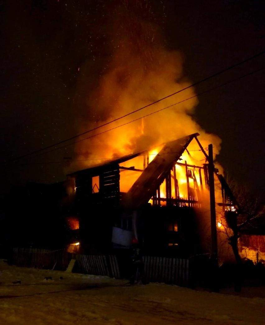 Chodzi o rejon ulicy Dwornej w Grajewie. Stojący przy niej drewniany dom z niewielkim poddaszem był opuszczony. Prawdopodobnie chronili się w nim bezdomni. Pierwsze płomienie pojawiły się w pokoju, gdzie się ogrzewali.