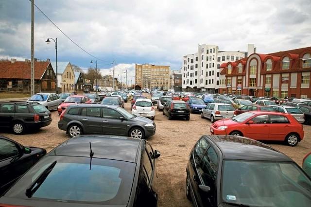 Prze lata władze akceptowały, że mieszkańcy stawiają tu auta. Od wczoraj nikt już tam nie wjedzie.
