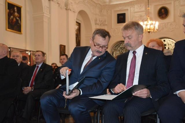 Wysokie zarobki starosty Krzysztofa Figata (z lewej) i burmistrza Krzysztofa Kalińskiego przez lata były wytykane przez wyborców