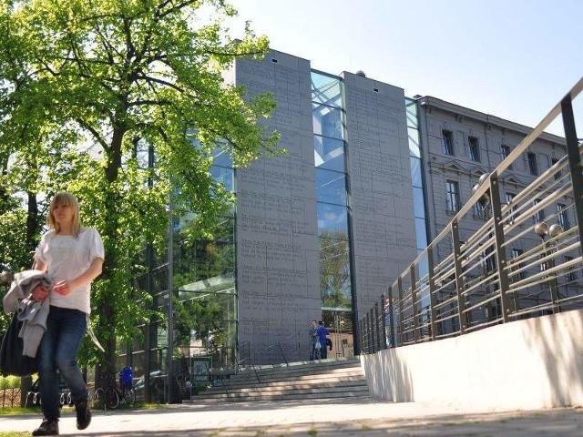 Budynek nowej biblioteki w OpoluBudynek nowej biblioteki w Opolu był już nominowany w kilku ogólnopolskich konkursach architektonicznych. Jego projektantem jest Andrzej Zatwarnicki, który umiejętnie połączył nowy budynek z XIX-wieczną kamienicą. Takich inwestycji szukamy.