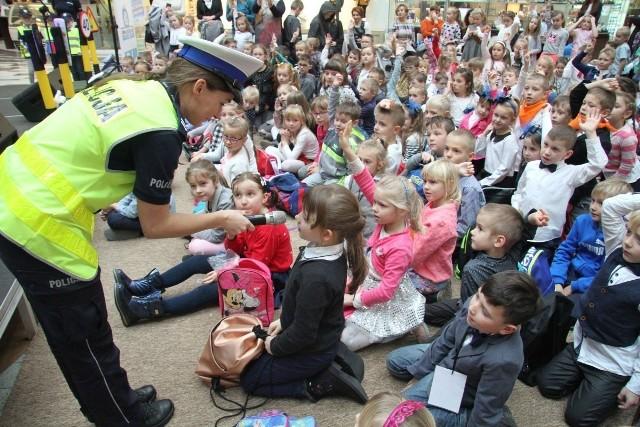 Dzieci chętnie odpowiadały na pytania naszych ekspertów. Joanna Żelezik z policji pytała, co znaczy zielone światło.