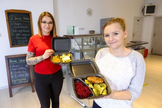 Panie Karolina i Angelika prezentują zestawy obiadowe. Codziennie dostępny jest tylko jeden, ale inny niż poprzedniego dnia czy nazajutrz. Zawsze kosztuje 15 zł.