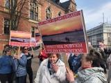 Sesja ws. plaży na gdańskich Stogach. Protest przed budynkiem Rady Miasta Gdańska ws. likwidacji części plaży na rzecz portu [zdjęcia]