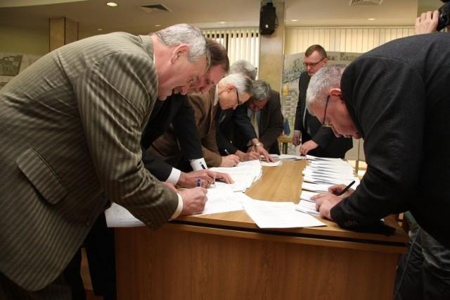 Pod porozumieniem podpisali się przedstawiciele uczelni wyższych, przewoźnicy, wójtowie i burmistrzowie. Fot. archiwum