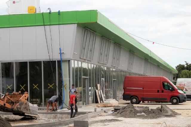 Kończy się budowa centrum handlowego Vendo Park. Ekipy układają tam teraz kostkę na drogach dojazdowych i parkingach