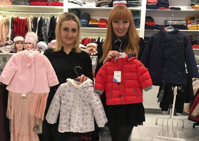 - Największe promocje mamy na zimowe kurteczki, płaszczyki, futerka - mówią (pd lewej) Magdalena Szlufik i Ewelina Kisiel.