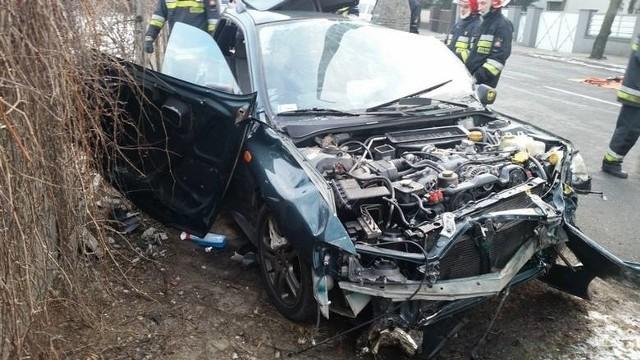Wypadek w Lesznie - zderzenie z betonowym płotem i latarnią nie przeżyły dwie młode kobiety