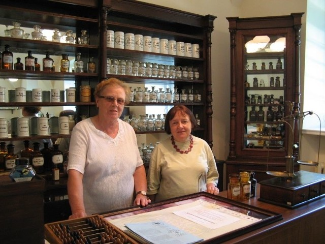Pani Irena z Ewą Wroczyńską w muzealnej aptece w Tykocinie