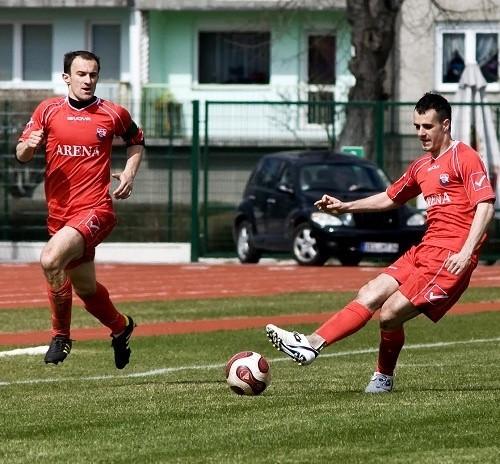 Dawid Pałys (z prawej) po 25 minutach wyleciał z boiska i Czarni musieli kończyć mecz w osłabieniu.
