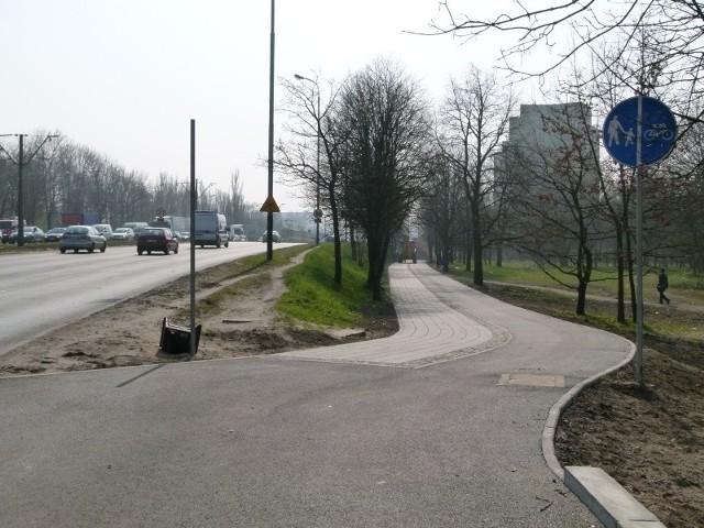 Wzdłuż al. Rydza-Śmigłego niemal gotowa jest już nowa droga rowerowa o długości 3,6 km. Brakuje na niej jedynie poziomego oznakowania.