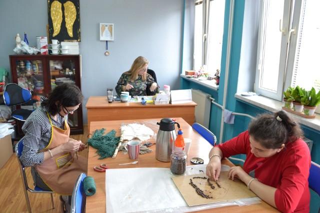 W Warsztacie Terapii Zajęciowej TPD w Lipnie zajęcia odbywają się hybrydowo - w pracowniach praca wre