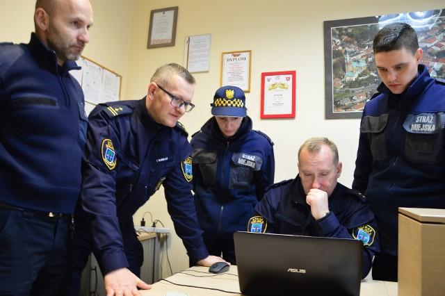 Strażnicy miejscy w Myślenicach, wśród nich nowi, czyli Dorota Kazimierczak (w środku) i Oskar Matoga (z prawej)