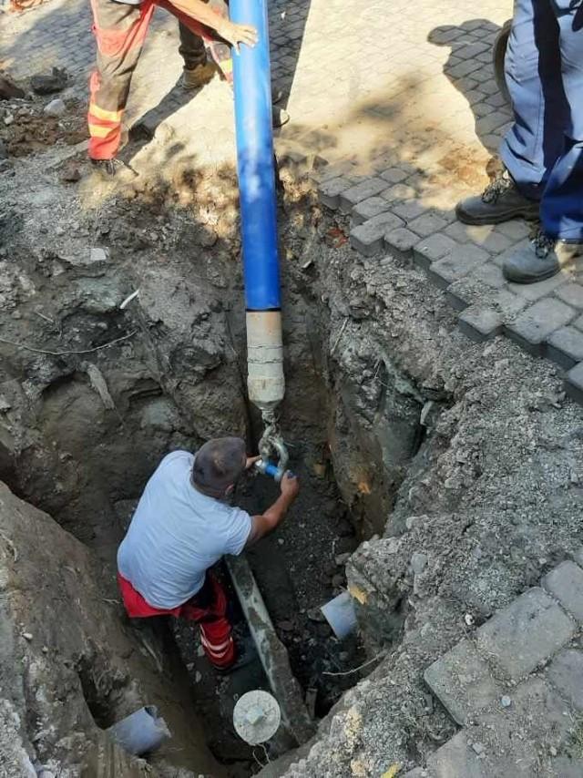 """W Zabawie trwa awaryjna przebudowa odcinka wodociągu. Jeszcze dziś domy w tym rejonie będą """"przepinane"""" do wyremontowanej """"sieci"""". Nie oznacza to jednak zniesienia zakazu spożywania wody z gminnej instalacji"""