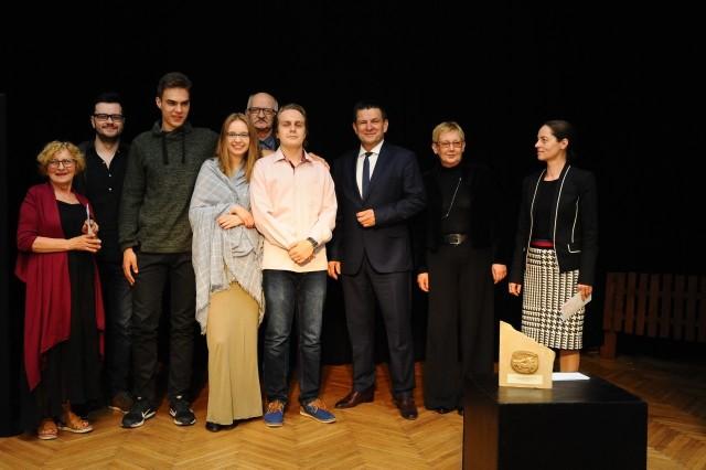Aktorzy wyróżnieni w kategorii młodzieżowej wraz z organizatorami przeglądu i zaproszonymi gośćmi w Zamku.