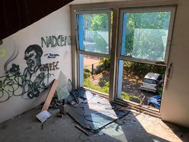 Budynek przy ul. Osadniczej 18A w Zielonej Górze, od lat straszy swoim wyglądem. W tym pustostanie można spotkać m.in. bezdomnych oraz narkomanów. Ostatnio w środku znaleziono zwłoki mężczyzny.