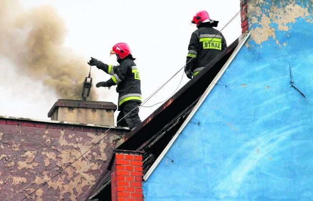 Wrocławscy strażacy bardzo często muszą interweniować w domach, gdzie wciąż pali się węglem. To nie tylko mało ekologiczne, ale też niebezpieczne, bo przy starym piecu łatwo o zadymienie