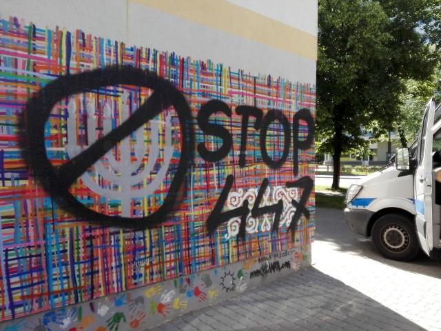 """Mural """"Utkany wielokulturowością"""" w Białymstoku zniszczony tuż po odtworzeniu. Znów ktoś napisał ktoś napisał """"STOP 447"""""""
