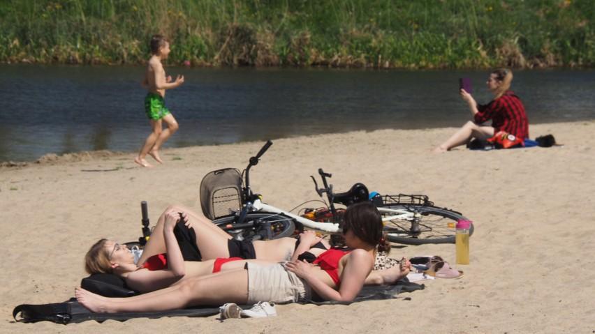 Pierwsi plażowicze na Wodnej Dolinie w Koszalinie. Na razie...