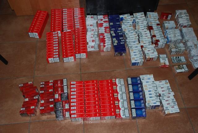 63-latek w mieszkaniu miał 300 paczek nielegalnych papierosów.