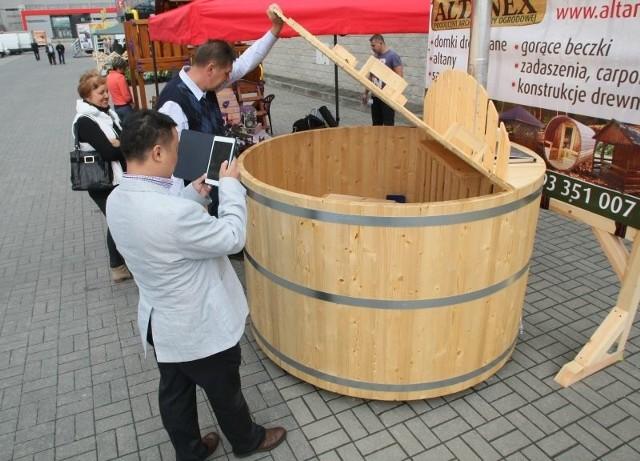 Drewniana beczka do kąpieliGorącą drewnianą beczkę do kąpieli prezentuje na targach firma Altanex.