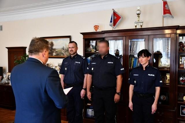Policjanci zaangażowani w sprawę ustalenia i zatrzymania sprawcy postrzelenia mężczyzny w Białymstoku odebrali nagrody z rąk wiceministra i komendantów.