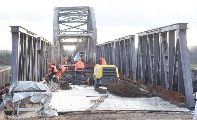 Jak idą prace przy budowie mostu w Cigacicach?