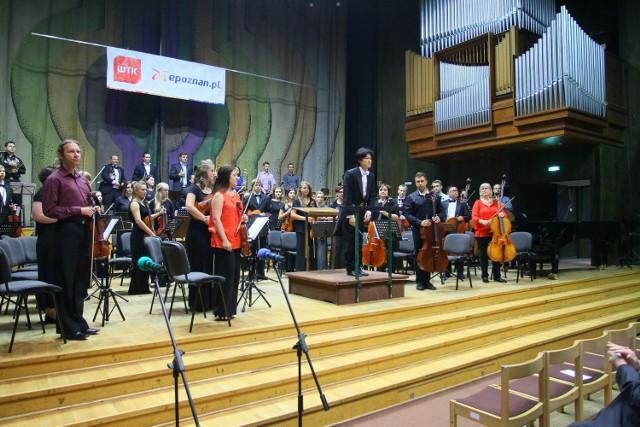 Połączonymi orkiestrami Sinfoniettą Polonią i Utah Valley Youth Symphony orchestra dyrygował Cheung Chau.