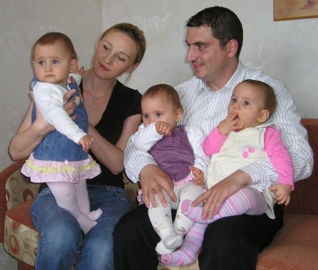 - Takie momenty, że wszyscy siedzimy spokojnie na jednym miejscu, są rzadkością. Dziewczyny nie lubią bezczynności, zbyt wiele je interesuje - przyznają rodzice trojaczków. Na zdjęciu od lewej: Lenka, Hania i Ola z rodzicami.