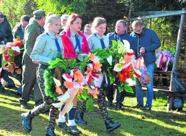 Wieńce na polskim cmentarzu w ukraińskiej miejscowości Majdan złożyli między innymi harcerze z opatowskiego hufca.
