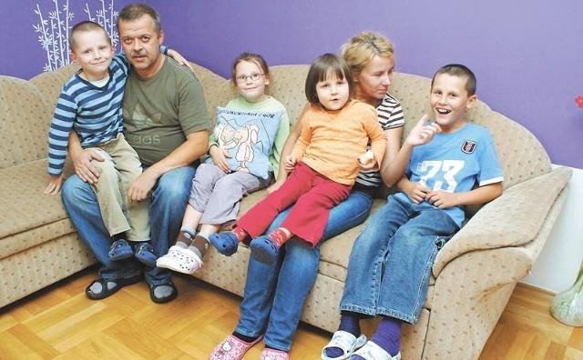 Waldemar i Bożena Przeorowie z częścią swej ukochanej gromadki – (od lewej) 6-letnim Michasiem, 7-letnią Edytką, 5-letnią Ewcią i niedowidzącym 9-letnim Pawełkiem.