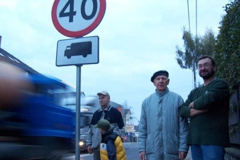 - Obok naszych domów przejeżdża teraz dwa razy więcej tirów, a kierowcy ignorują znaki! - mówią mieszkańcy ul. Konopnickiej, od prawej: Roman Wolny, Leszek Jacheć i Henryk Wróbel z wnukiem Bartkiem.