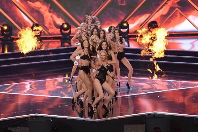 """Podczas """"Festiwalu Piękna 2016"""" w niedzielę, 4 grudnia, odbył się 27. finał konkursu Miss Polski. O koronę walczyły dwadzieścia cztery piękności, które do finału Miss Polski 2016 trafiły z eliminacji regionalnych odbywających się w całym kraju. Pochodząca z Siedliska pod Nową Solą, Judyta Zapędzka została III Wicemiss Polski 2016. Gratulujemy! W ramach przygotowań dziewczyny miały dwa zgrupowania. Pierwsze odbyło się latem w Nowym Sączu, gdzie nakręcone zostały ich wizytówki. Drugi raz do Nowego Sącza przyjechały na kilka dni przed galą. O królewskie powitanie wszystkich dziewczyn oraz obecnie panującej Miss Polski - Magdaleny Bieńkowskiej, zadbał Hotel Beskid, który zorganizował dla swoich gości wyjątkowo wystawny bal andrzejkowy. Zjawiskowe kreacje, błyski fleszy, czerwony dywan, wytworne posiłki i najpiękniejsze Polki! Tego wieczoru każda z finalistek zasługiwała na miano Miss Polski!Przyszedł jednak czas na zaprezentowanie się na żywo! Kandydatki do tytułu Miss Polski 2016 wiele godzin przygotowywały się do pracy z kamerami pod okiem reżysera - Szymona Łosiewicza i uczyły się choreografii z Anną Bubnowską. Zobaczyliśmy, jak dziewczyny spędziły czas w uroczym sądeckim skansenie. Spotkały się również z Agnieszką Hyży, która podjęła wyzwanie upieczenia świątecznego sernika z finalistkami. Agnieszka Hyży poprowadziła też galę na żywo, a u jej boku zobaczyliśmy Krzysztofa Ibisza.W jury konkursu zasiedli m.in. projektantka Viola Piekut, aktorka Dorota Czaja, tancerz Rafał Maserak i Mister Supranational 2016 Dego Gary. Po pokazach w strojach kąpielowych i kolekcji Hector & Karger ogłoszono TOP10. Znalazły się w niej: 1. Karolina Banach, 5. Aleksandra Dobrzyń, 8. Urszula Jankowska, 9. Oktawia Kaźmierczak, 10. Agnieszka Kąkol, 11. Monika Kirejczyk, 13. Laura Mancewicz, 14. Paulina Maziarz, 23. Judyta Zapędzka oraz 24. Dominika Ziniewicz. Panie zaprezentowały się w sukniach ślubnych projektu Violi Piekut oraz kreacjach wieczorowych. Wieczór uświetniły występy Natalii Szro"""