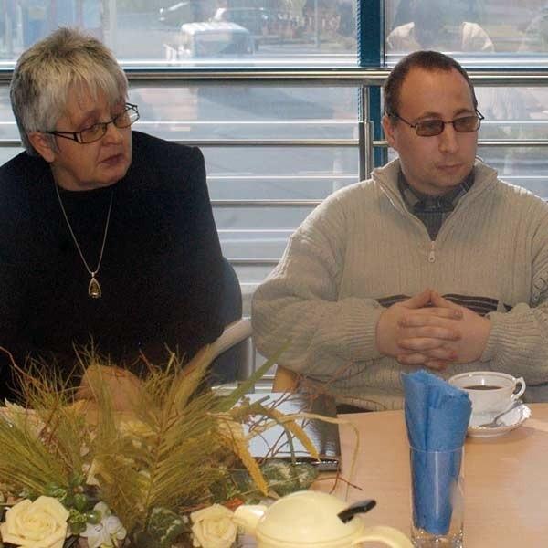 Janina Mikrut i Wiesław Orzech, prezes stowarzyszenia.