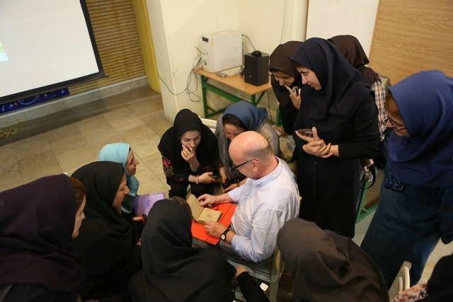 Dariusz Delik z uczestniczkami warsztatów ilustratorskich dla studentek i absolwentek teherańskich uczelni plastycznych i pedagogicznych