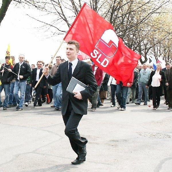Krzysztof Kukucki to lider Federacji Młodych  Socjaldemokratów, zaś dziś za liderami  podąża niewielu. Reszta raczej patrzy z  bezpiecznej odległości...