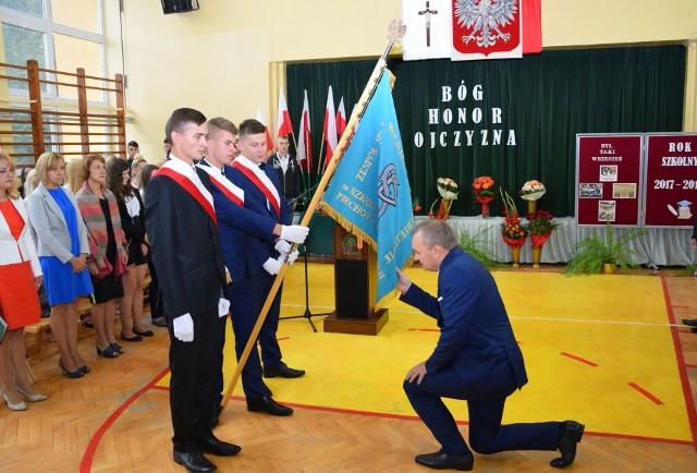 Nowy dyrektor uroczyście wita sztandar szkoły w Starym Lubiejewie
