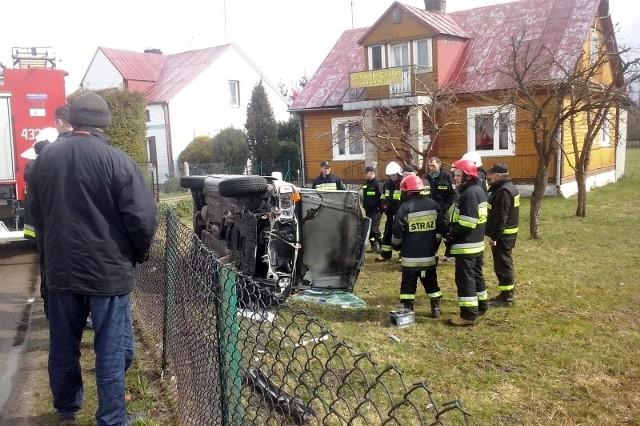 Kierowca nie odniósł żadnych obrażeń. 80-latek miał ponad jeden promil w wydychanym powietrzu. Policjantom tłumaczył się, że spożył alkohol dopiero po kolizji, by uspokoić nerwy.